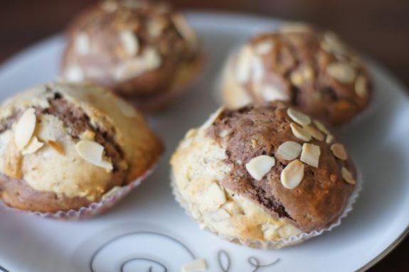 Dwokolorowe muffiny zbiałą czekoladą iorzechami