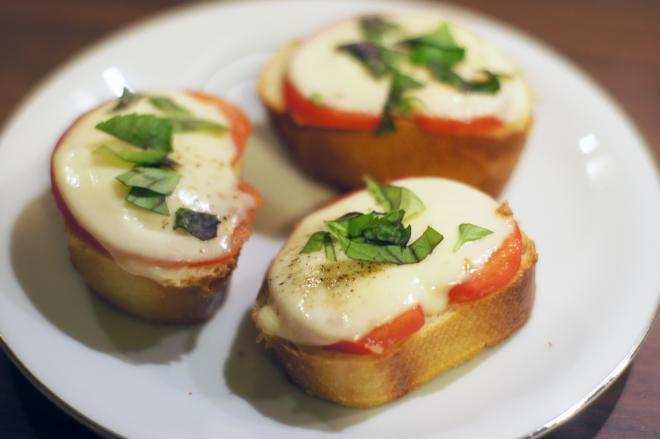 Grzanki zpomidorem imozzarellą