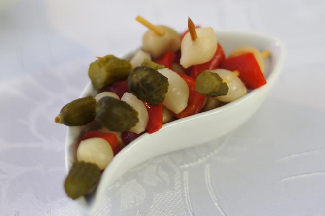 Koreczki zcebulką marynowaną iogórkiem konserwowym