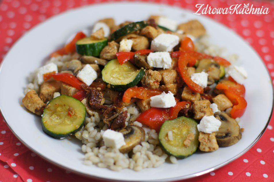 Pęczak zindykiem, warzywami ifetą