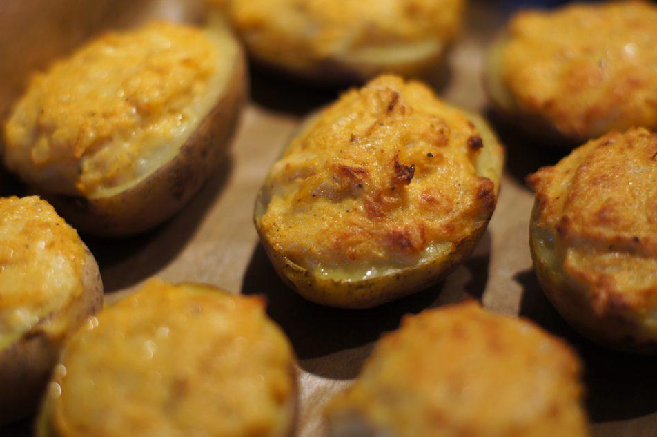 Pieczone połówki ziemniaków zserem