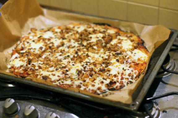 Pizza zboczkiem iprażoną cebulką