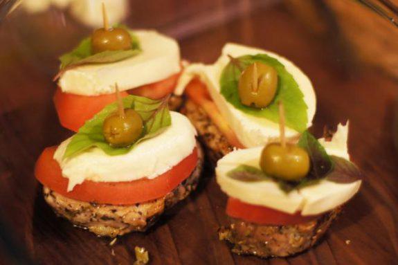 Polędwiczki zmozzarellą, pomidorami ioliwkami